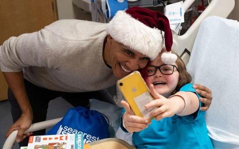 Obama bat ngo mac do ong gia Noel, tham benh vien nhi o Washington hinh anh