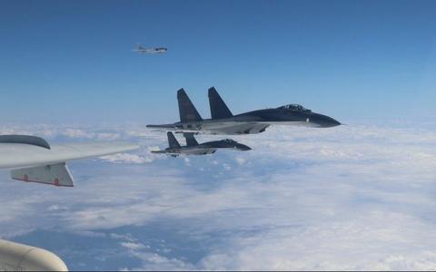 Trung Quoc dieu may bay Su-30, Y-8 toi gan Dai Loan thi uy hinh anh