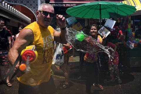 Nguoi Thai xuong duong te nuoc le Songkran, nhung bi cam khoa than hinh anh 3