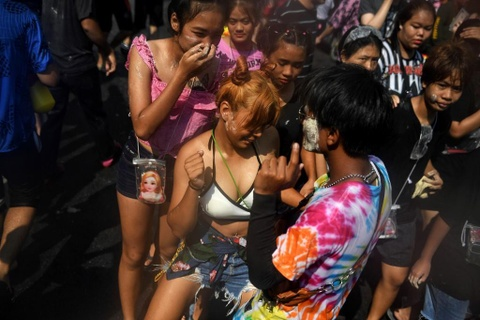 Nguoi Thai xuong duong te nuoc le Songkran, nhung bi cam khoa than hinh anh 8