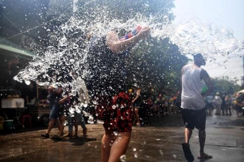 Nguoi Thai xuong duong te nuoc le Songkran, nhung bi cam khoa than hinh anh 7