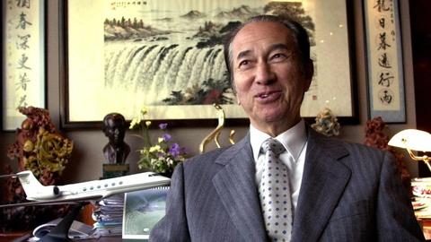 Ông trùm sòng bạc 97 tuổi Hà Hồng Sân trong ảnh chụp năm 2001. Gia đình ông được hưởng độc quyền cho đến khi chính phủ Macau quyết định cấp giấy phép cho các nhà điều hành bên ngoài vào năm 2002. Ảnh: AP.