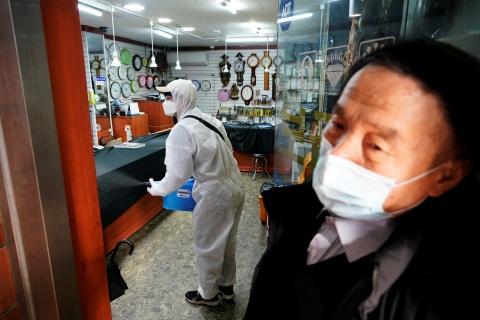 Vi sao so ca nhiem virus corona tang vot o Han Quoc? hinh anh