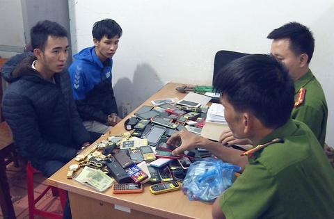 Đôi tình nhân trộm hơn 200 điện thoại di động