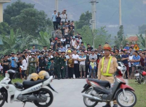 Nhiều người 'điếc không sợ súng' kéo nhau xem kẻ ôm lựu đạn cố thủ
