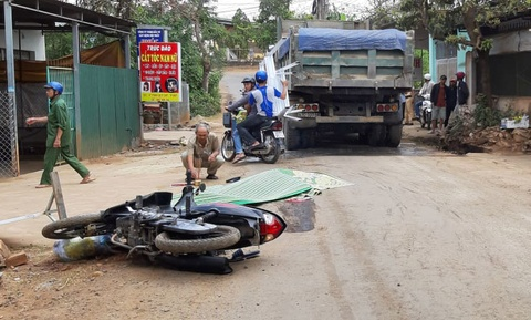 Thanh niên tông vào biển hiệu ngã ra đường, bị xe ben cán tử vong