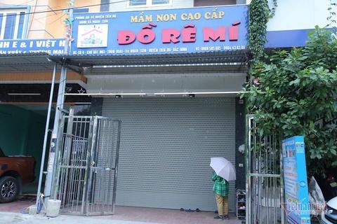 Be trai 3 tuoi bi bo quen tren xe dua don o Bac Ninh xuat vien hinh anh