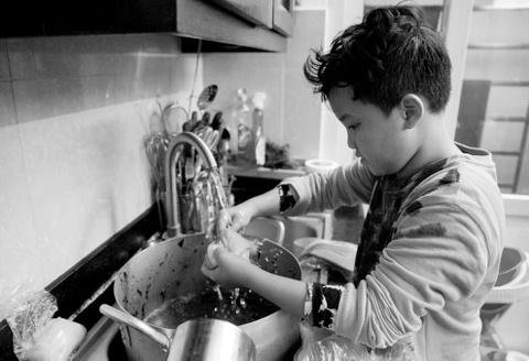 Cuoc song cua me don than chong choi ung thu hinh anh 5 5.Cu Bốp (10 tuổi, tên thật là Phan Hanh Nguyên) là người luôn sát cánh bên mẹ trong hành trình điều trị ung thư. Cậu bé nhẹ nhàng chăm sóc mẹ trong suốt quá trình điều trị cũng như tự nguyện giúp mẹ những việc nho nhỏ trong nhà. Bốp có thể nấu được hầu hết các món ăn gia đình đơn giản và đặc biệt là món gà rán.