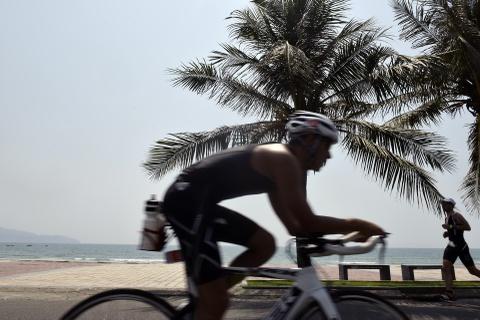 Khoanh khac an tuong Ironman 70.3 2016 tai Da Nang hinh anh 13