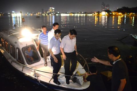 Chu tich Nguyen Duc Chung di cano ra ho Tay kiem tra ca chet hinh anh 3
