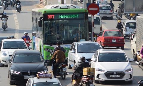 Buyt nhanh BRT bi xe may 'chan' dau khi chay thu nghiem hinh anh 3