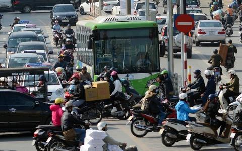 Buyt nhanh BRT bi xe may 'chan' dau khi chay thu nghiem hinh anh 1