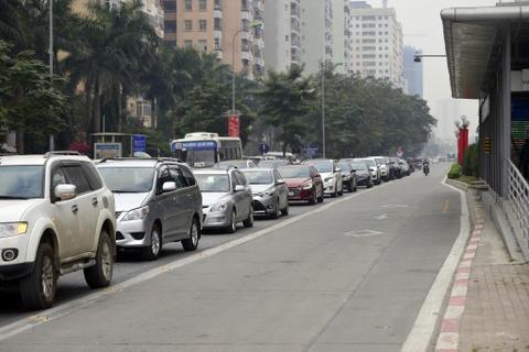 Nhung tinh huong buyt nhanh BRT bi oto, xe may can tro hinh anh 1
