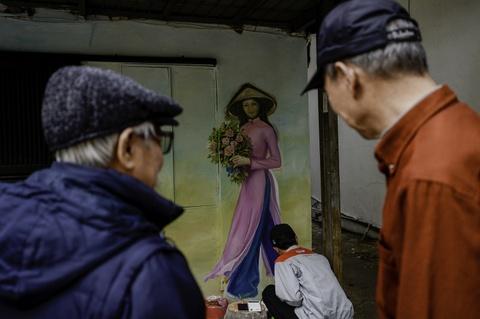 Hoa si Sai Gon ve tranh tuong khu tap the o Ha Noi hinh anh 13