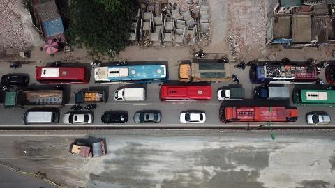 Oto xep hang dai 1 km tren duong tu Noi Bai vao noi do hinh anh