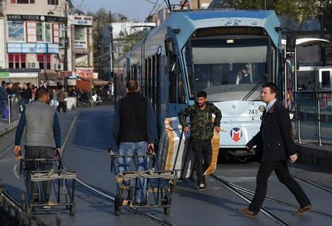 Oto, xe may di chung lan duong ray tau dien o Istanbul hinh anh