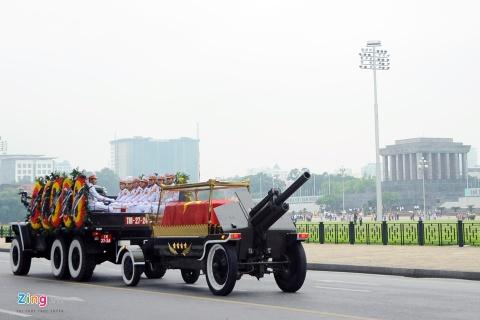 Doan xe dua linh cuu Chu tich nuoc Tran Dai Quang qua cac tuyen pho hinh anh 11