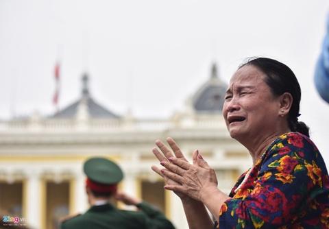 Doan xe dua linh cuu Chu tich nuoc Tran Dai Quang qua cac tuyen pho hinh anh 7