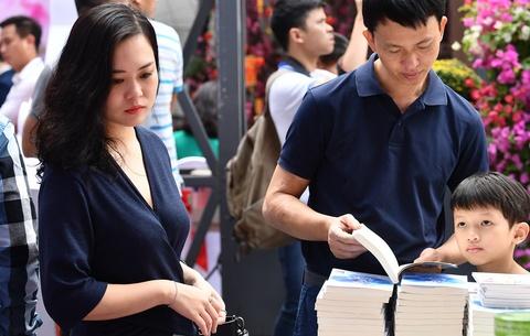 Nguoi dan no nuc tham du khai mac Pho Sach Xuan Ky Hoi hinh anh