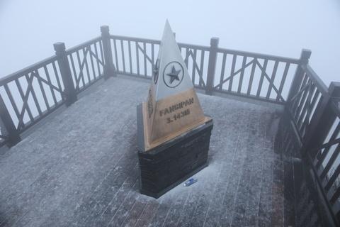 Tuyết bất ngờ rơi trên đỉnh Fansipan sáng nay