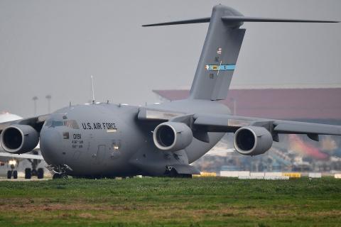 Ngựa thồ C-17 của Không quân Mỹ và 3 tiếng ở sân bay Nội Bài