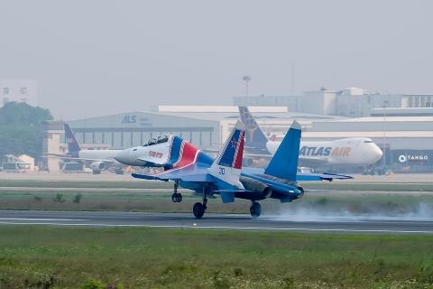 Dan tiem kich Su-30SM cua Nga cat canh dep mat tren bau troi Ha Noi hinh anh 1