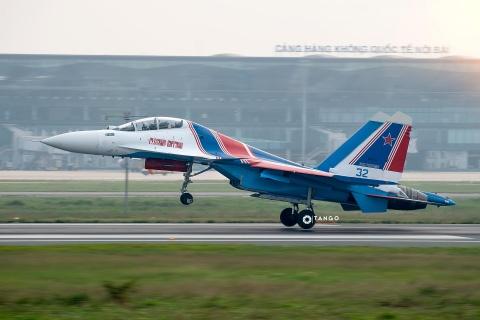 Dan tiem kich Su-30SM cua Nga cat canh dep mat tren bau troi Ha Noi hinh anh 2