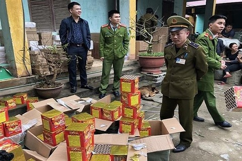 Phat hien 200 kg phao tren duong nhap vao Viet Nam hinh anh