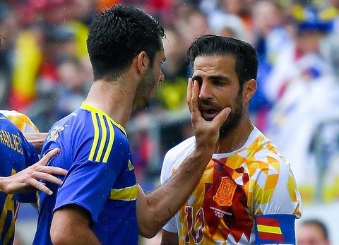 Fabregas va Azpilicueta bi doi thu tat vao mat hinh anh
