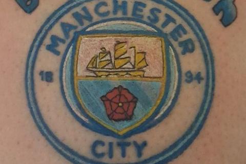 Co dong vien MU xam logo Man City vi muc dich cao ca hinh anh