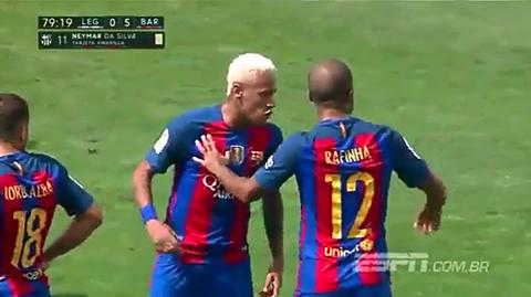 neymar dap vao tay rafinha hinh anh