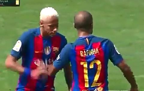 Neymar noi cau dap vao tay Rafinha hinh anh
