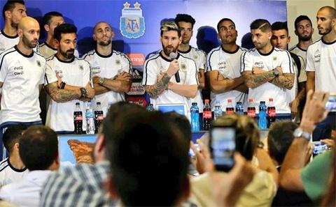 Messi dan 25 cau thu Argentina di tuyen chien bao chi hinh anh
