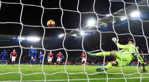 Leicester hoa hu via 2-2 nho penalty o phut bu gio cuoi hinh anh 8