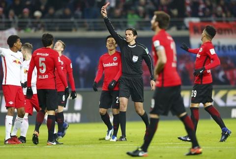 'Doi bi ghet nhat nuoc Duc' thang lon, bam sat Bayern hinh anh 1