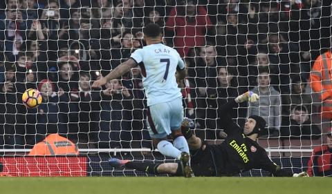 Arsenal thang nghet tho trong tran cau kich tinh hinh anh 11