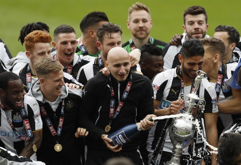 Newcastle bat champagne an mung ngoi vuong Championship hinh anh 2