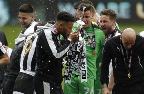 Newcastle bat champagne an mung ngoi vuong Championship hinh anh 7