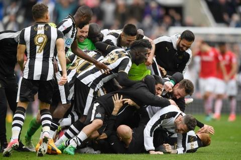 Newcastle bat champagne an mung ngoi vuong Championship hinh anh 1