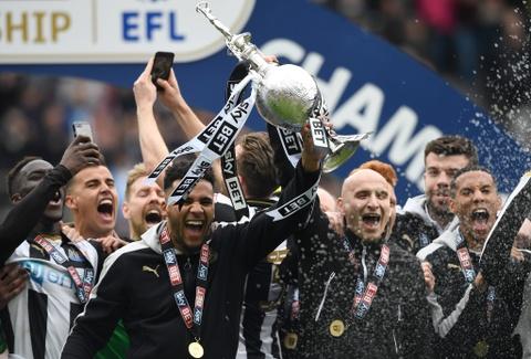 Newcastle bat champagne an mung ngoi vuong Championship hinh anh 4