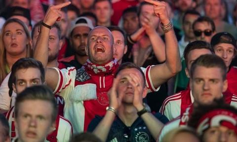 CDV Ajax dap vo ghe, nem vao cau thu nha sau tran thua MU hinh anh