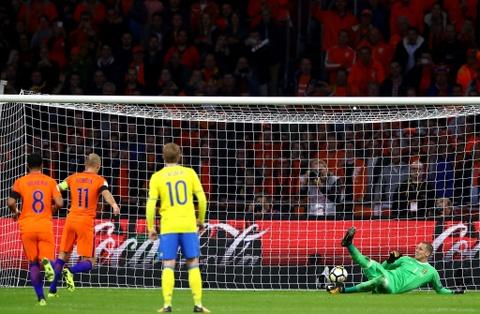 Robben va dong doi chinh thuc o nha xem World Cup hinh anh 3
