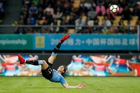 Cu moc bong dua Suarez vao gap Bale o chung ket China Cup hinh anh