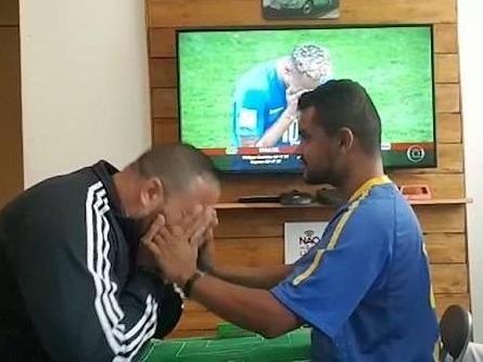 Cach xem bong da doc dao cua chang trai Brazil khiem thi hinh anh
