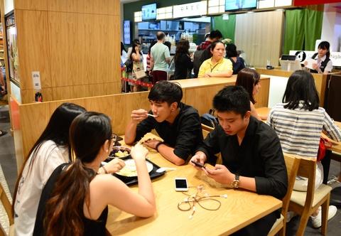Gioi kinh doanh Sai Gon thue lan - su - rong khai truong hinh anh 14