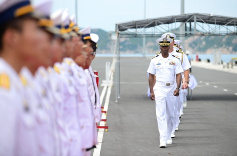 Tau chien My USS Coronado den Cam Ranh hinh anh