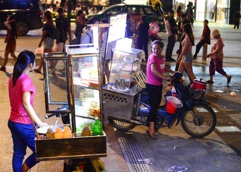 Hang rong bua vay pho di bo Nguyen Hue hinh anh