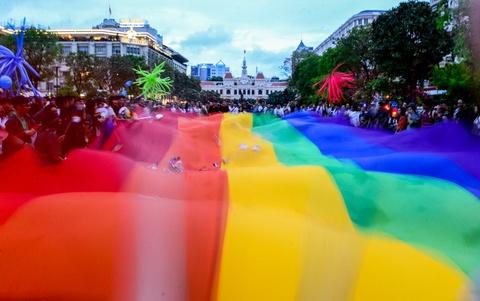 Ban tre tung co cau vong LGBT tren pho di bo Nguyen Hue hinh anh 2