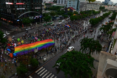 Ban tre tung co cau vong LGBT tren pho di bo Nguyen Hue hinh anh 1