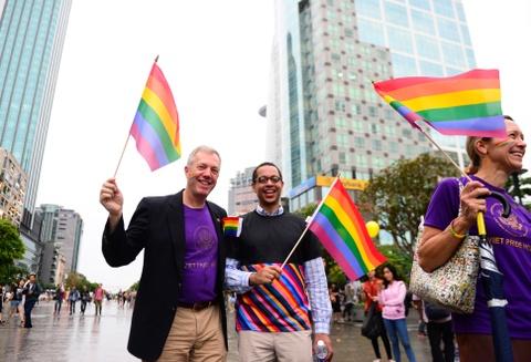 Ban tre tung co cau vong LGBT tren pho di bo Nguyen Hue hinh anh 11